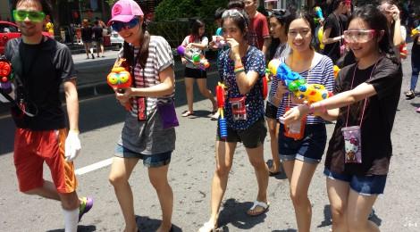 Songkran 2558 en ville et en province (Silom et Nakhon Nayok)